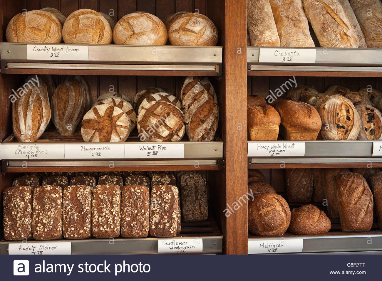 etageres-de-pain-d-angelo-et-patisserie-pain-santa-barbara-californie-etats-unis-d-amerique-c6r7tt.jpg